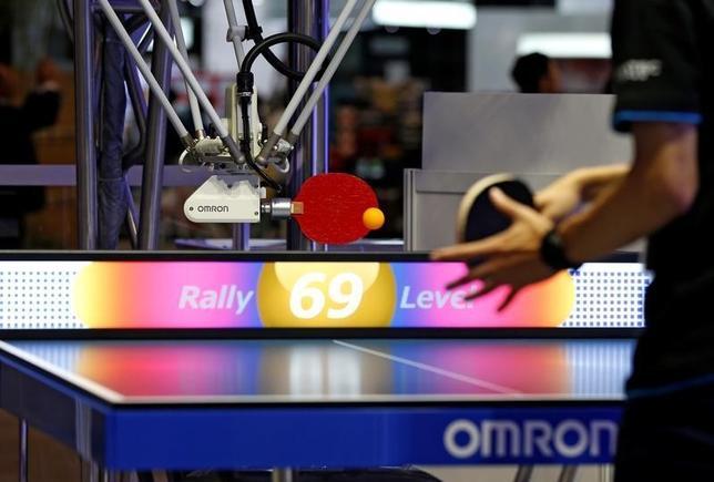 10月6日、千葉市幕張メッセで開催中の家電・IT見本市「CEATEC(シーテック)ジャパン」では、オムロンが開発した「卓球ロボット」が公開されている。3日撮影(2016年 ロイター/Toru Hanai)