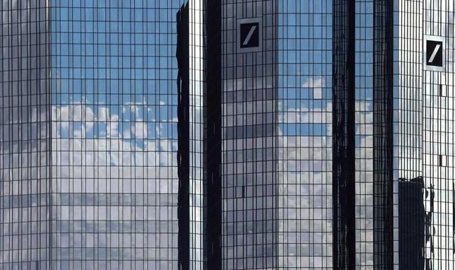 10月6日、状況に詳しい複数の関係者によると、ドイツ連邦金融サービス監督庁(BaFin)による調査で、ドイツ銀行がロシアでのマネーロンダリングで法律に違反した証拠はみつからなかった。写真はフランクフルトで5日撮影(2016年 ロイター/Kai Pfaffenbach)