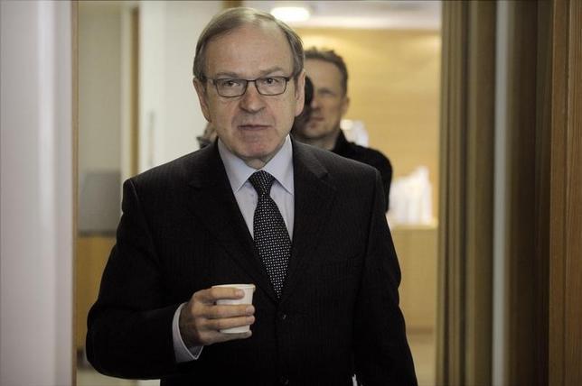 10月6日、欧州中央銀行(ECB)理事会メンバーであるリーカネン・フィンランド中銀総裁は、ECBによる低金利と積極的な債券買い入れの超金融緩和政策は、ユーロ圏の経済を下支えするために不可欠であるとの見解を示した。写真はヘルシンキで2012年3月撮影(2016年 ロイター/Lehtikuva Lehtikuva)