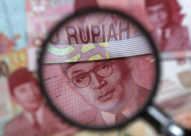 2013年3月14日,置于放大镜下面的印尼卢比现钞。REUTERS/Edgar Su