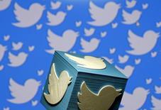 """El logo de Twitter impreso en 3D. Fotografía ilustrativa tomada en Zenica, Bonis y Herzegovina. 26 de enero de 2016. Las acciones de Twitter Inc se desplomaron más de un 19 por ciento en las primeras operaciones del jueves en Wall Street, luego de que el sitio de tecnología Recode reportó que Google no planea """"actualmente"""" realizar una oferta por la empresa. REUTERS/Dado Ruvic/Illustration/File Photo"""