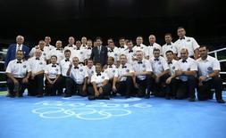 Presidente da Aiba, Ching-Kuo Wu, posa com árbitros e juízes da Rio 2016.     21/08/2016         REUTERS/Peter Cziborra/Files