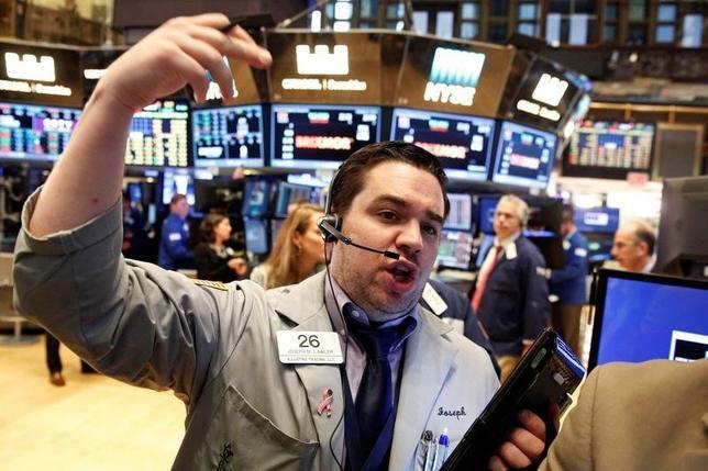 10月6日、米国株式市場は、年内の米利上げの鍵を握るとみられる9月の米雇用統計の発表を7日に控え、ほぼ変わらずで終了した。ニューヨーク証券取引所で撮影(2016年 ロイター/Brendan McDermid)