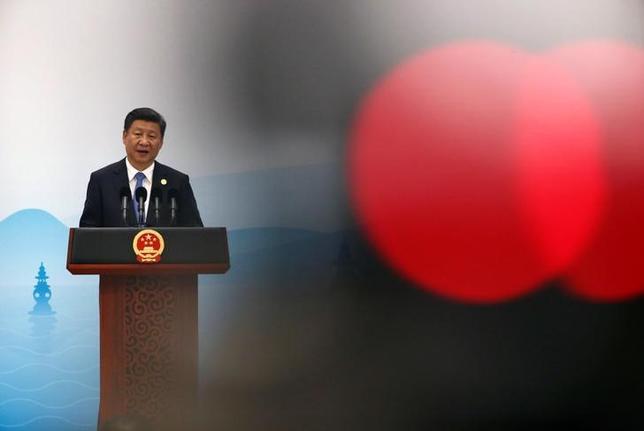 9月30日、中国指導者として再任されるかが決まる共産党大会まであと1年、習近平国家主席(写真)はライバル派閥の力を削ぐための策略をめぐらせる一方、自身の派閥メンバーを国内の最高指導部に送り込もうとしている。写真は5日、杭州G20サミットで語る同主席(2016年 ロイター/Damir Sagolj)