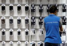 An employee works at Samsung Electronics' headquarters in Seoul, South Korea, October 5, 2016. REUTERS/Kim Hong-Ji