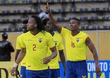 Jogadores do Equador comemoram gol contra o Chile.  06/10/16.  REUTERS/Kevin Granja