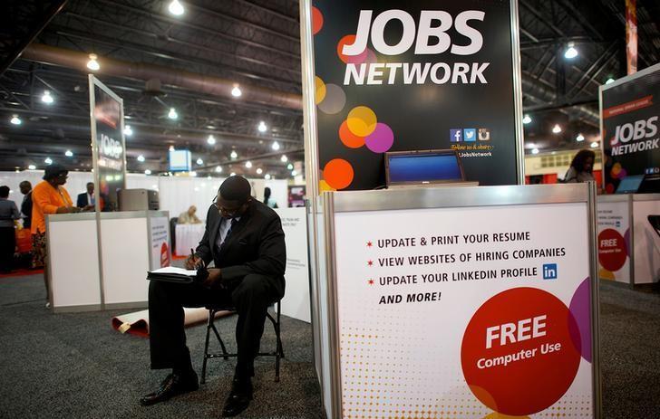 图为2013年资料图片,显示美国费城,求职者在招聘会上填写求职申请。REUTERS/Mark Makela