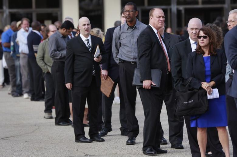 图为2014年资料图片,显示人们排队等待参加美国一次招聘会。REUTERS/Shannon Stapleton
