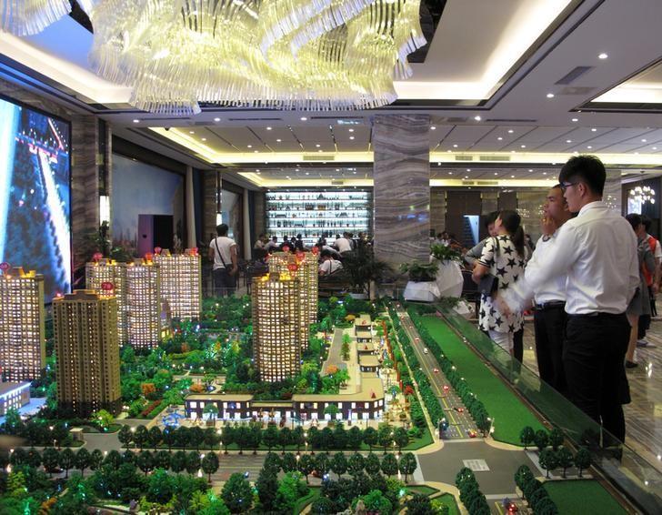 2016年9月23日,中国郑州一售楼处。中国各地城市的房地产限购愈演愈烈,已有包括北京、天津、深圳、武汉、郑州等在内的19个内地城市加入了房地产限购行列。REUTERS/Yawen Chen
