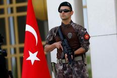 Policial turco visto em Ancara.     05/08/2016               REUTERS/Umit Bektas - RTSL6LJ