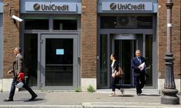 UniCredit a engagé des discussions informelles avec plusieurs banques dans le but d'évaluer leur intérêt pour sa filiale de courtage en ligne FinecoBank dans l'espoir que celle-ci soit valorisée au moins 2,5 milliards d'euros, selon deux sources proches du dossier vendredi. /Photo prise le 10 mai 2016/REUTERS/Tony Gentile