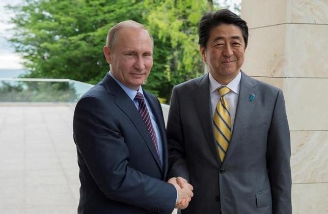 10月6日、ロシアのプーチン大統領(左)と日本の安倍首相(右)は、ついに北方領土問題の解決に向け、意外なパートナー関係にあるようだ。ソチで5月撮影。提供写真(2016年 ロイター/Sergei Guneev/Sputnik/Kremlin via Reuters)