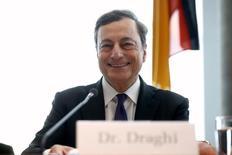 El presidente del Banco Central Europeo (BCE), Mario Draghi, durante una reunión con legisladores alemanes en Berlín. 28 septiembre 2016. La inflación en la zona euro podría acercarse al objetivo del BCE a fines de 2018 o principio de 2019, y hasta el momento no hay señales de que la política de alivio monetario esté generando burbujas en los precios de los activos, dijo el sábado Draghi. REUTERS/Axel Schmidt