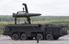 """Российские военные готовят тактическую ракетную систему """"Искандер"""" к показу на международном военно-техническом форуме в Кубинке под Москвой 17 июня 2015 года. Россия в субботу объяснила переброску способных нести ядерный заряд """"Искандеров"""" ближе к ЕС учениями и сообщила, что специально показала ракетный комплекс американскому разведывательному спутнику. Соседняя Литва, член НАТО, заподозрила Москву в нарушении международных соглашений. REUTERS/Sergei Karpukhin"""