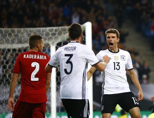 10月8日、サッカーの2018年W杯ロシア大会欧州予選、C組のドイツはチェコに3─0で快勝した。トーマス・ミュラー(右)が2得点(2016年 ロイター/Wolfgang Rattay)