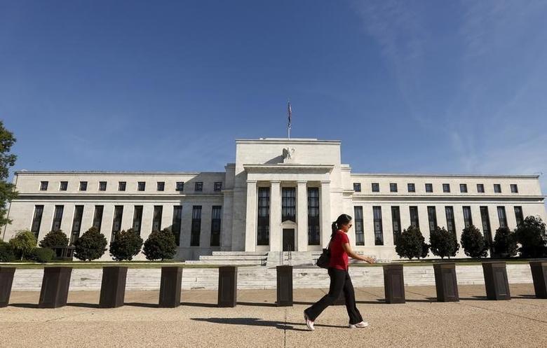 2015年9月16日,一名女子经过美联储总部大楼。REUTERS/Kevin Lamarque