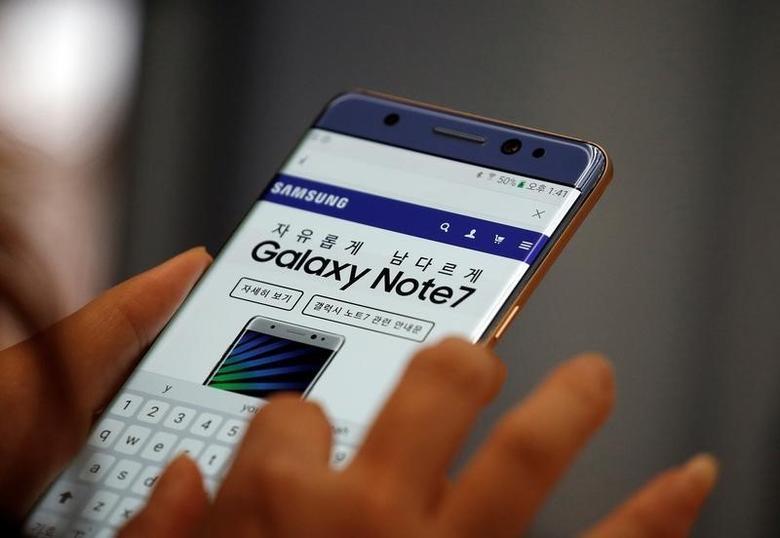 2016年10月5日,首尔,一名访客在三星电子总部试用盖乐世Note7智能手机。REUTERS/Kim Hong-Ji