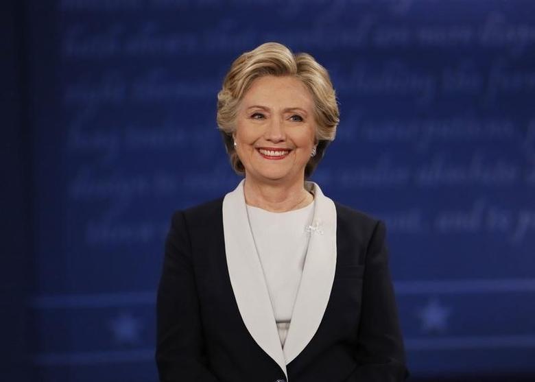 2016年10月9日,美国总统大选候选人辩论会现场,民主党总统候选人希拉里面带微笑。REUTERS/Shannon Stapleton