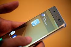 Samsung Electronics ha suspendido la producción de sus teléfonos inteligentes de gama alta Galaxy Note 7, dijo una fuente el lunes, tras informarse de incendios en dispositivos de sustitución, agudizando una crisis en la que el gigante tecnológico se ha visto obligado a retirar masivamente estos terminales del mercado.  En la imagen, un cliente prueba un Galaxy Note 7 en la sede de la compañía en Seúl el 10 de octubre de 2016.   REUTERS/Kim Hong-Ji