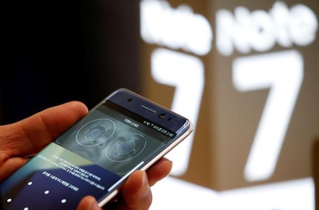 10月10日、韓国のサムスン電子は、同社の最新スマートフォン「ギャラクシーノート7」(写真)について、一部が発火したとの報告を受け出荷量を調整していることを明らかにした。ソウルで10日撮影(2016年 ロイター/Kim Hong-Ji)