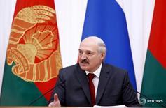 Александр Лукашенко выступает после сессии Высшего государственного совета СРБ в Минске. Белоруссия и Россия разрешили длившийся с начала года спор о ценах на газ, следствием которого стало резкое сокращение поставок российской нефти на белорусские НПЗ.   REUTERS/Vasily Fedosenko