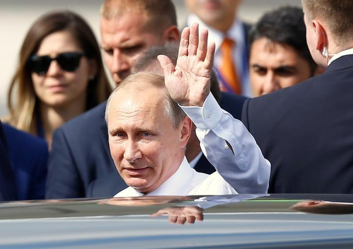 Russian President Vladimir Putin greets media members upon his arrival at Ataturk International airport in Istanbul, Turkey, October 10, 2016. REUTERS/Osman Orsal