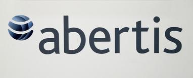 El gestor de infraestructuras Abertis anunció el lunes la venta de un 20 por ciento de su filial chilena a Abu Dhabi Investment Authority (ADIA) por 495 millones de euros. Imagen del logo de Abertis durante una rueda de prensa antes de la junta general de accionistas de 2016 en Barcelona, España, el 12 de abril de 2016. REUTERS/Albert Gea
