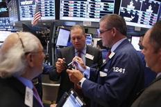 La Bourse de New York a terminé lundi dans le vert, portée par la progression des cours du pétrole qui ont touché un pic d'un an dans l'espoir d'un accord entre producteurs pour stabiliser le marché. L'indice Dow Jones a gagné 88,55 points, soit 0,49%, à 18.329,04. Le Standard & Poor's 500, plus large, a progressé de 0,46% à 2.163,66 et le Nasdaq Composite a pris 0,69% à 5.328,67, tout près de son plus haut historique. /Photo prise le 3 octobre 2016/REUTERS/Lucas Jackson