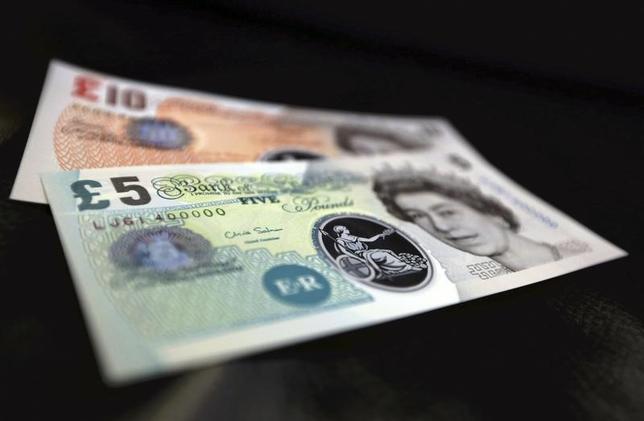 10月10日、終盤のニューヨーク外為市場では英ポンドが下落。英国がEU離脱に際して単一市場へのアクセスを失う「ハードブレグジット」への懸念から7日のアジア市場で31年ぶりの安値を更新した影響が続いた。ポンド紙幣、英中銀で2013年撮影(2016年 ロイター/Chris Ratcliffe)