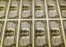 Notas de um dólar dos Estados Unidos são examinadas em Washington, nos Estados Unidos 14/11/2016 REUTERS/Gary Cameron/Files