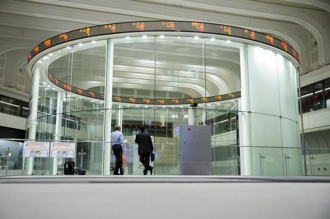 10月11日、寄り付きの東京株式市場で、日経平均株価は前営業日比76円22銭高の1万6936円31銭と反発して始まった。2015年6月撮影(2016年 ロイター/Thomas Peter)