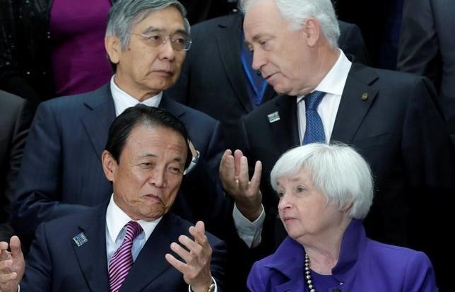 10月11日、麻生太郎財務相は記者会見で、20カ国・地域(G20)財務相・中央銀行総裁会議に関し、定期的に会合の場を設けることで「いざというときに極めて素早い対応ができる」と述べ、人間関係の構築にも役立っているとの認識を示した。写真は同財務相(前列左)。米連邦準備理事会(FRB)のイエレン議長(前列右)らとワシントンで8日撮影(2016年 ロイター/Yuri Gripas)
