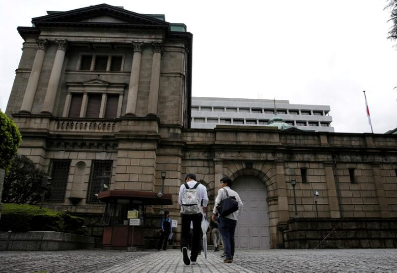 Men walk toward the Bank of Japan (BOJ) building in Tokyo, Japan, September 21, 2016.  REUTERS/Toru Hanai