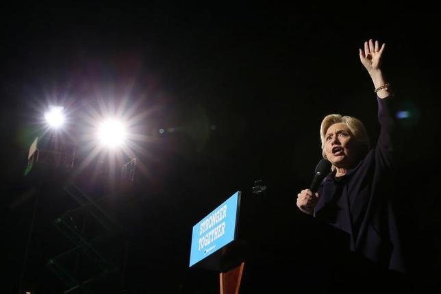 10月10日、内部告発サイト「ウィキリークス」によると、米大統領選の民主党候補クリントン氏(写真)は外部アドバイザーであるマンディ・グランウォルド氏の助言を受け、金融機関の業務に垣根を設けた「グラス・スティーガル法」の復活を一時検討していたことが分かった。オハイオ州で撮影(2016年 ロイター/Lucy Nicholson)