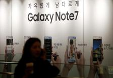 Реклама смартфона Galaxy Note 7 от Samsung Electronics в штаб-квартире компании в Сеуле. Министерство транспорта Южной Кореи сообщило во вторник, что все телефоны Galaxy Note 7, произведённые Samsung Electronics <005930.KS>, нельзя использовать или заряжать в самолётах.   REUTERS/Kim Hong-Ji