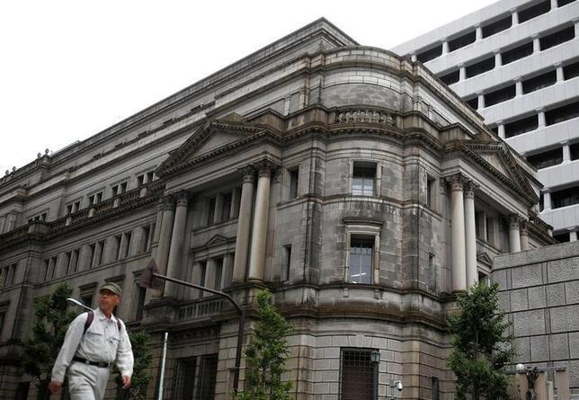 10月11日、元日銀理事の門間一夫・みずほ総合研究所エグゼクティブエコノミストは、都内の日本記者クラブで講演した。写真は都内の日銀本店前で1月撮影(2016年 ロイター/Thomas Peter)