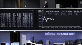 La confianza entre analistas e inversores alemanes mejoró más de lo previsto en octubre, según un sondeo publicado el martes, lo que sugiere que los operadores son más optimistas sobre las perspectivas de crecimiento de la mayor economía de Europa. En la imagen, un hombre sobre el índice de precios alemán DAX en la bolsa de Fráncfort, Alemania, el 22 de diciembre de 2014.  REUTERS/Remote/Pawel Kopczynski
