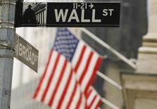 Wall Street a débuté en légère baisse mardi pénalisée par Alcoa, qui a ouvert une nouvelle saison de résultats trimestriels aux bénéfices inférieurs aux attentes. Le Dow Jones perd 0,27% quelques minutes après l'ouverture. /Photo d'archives/REUTERS/Lucas Jackson