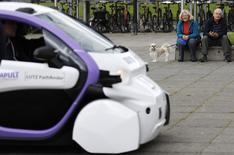 Un véhicule sans conducteur avec des passagers à bord a circulé pour la première fois mardi sur les routes britanniques dans le cadre d'une série d'essais destinés à préparer l'arrivée de la voiture autonome dans le pays. Une petite voiture à deux places, développée par Oxbotica, une entreprise issue de l'université d'Oxford, sur la base d'un modèle Renault, a été testée dans la ville de Milton Keynes, située dans le sud de l'Angleterre, qu'elle a parcourue à la vitesse de 8 km/h. /Photo prise le 11 octobre 2016/REUTERS/Darren Staples