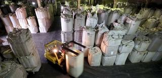 Funcionário transporta sacas de 1 tonelada de grãos de café para exportação em armazém de café em Santos, no Brasil 10/12/2015 REUTERS/Paulo Whitaker
