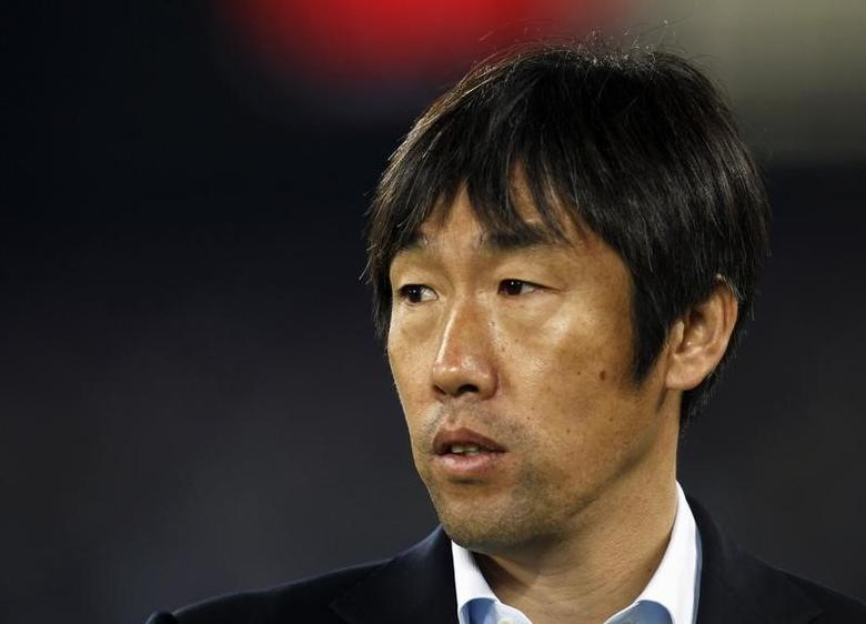 China's coach Gao Hongbo reacts during their 2011 Asian Cup Group A soccer match against Qatar at Khalifa stadium in Doha January 12, 2011.   REUTERS/Fadi Al-Assaad