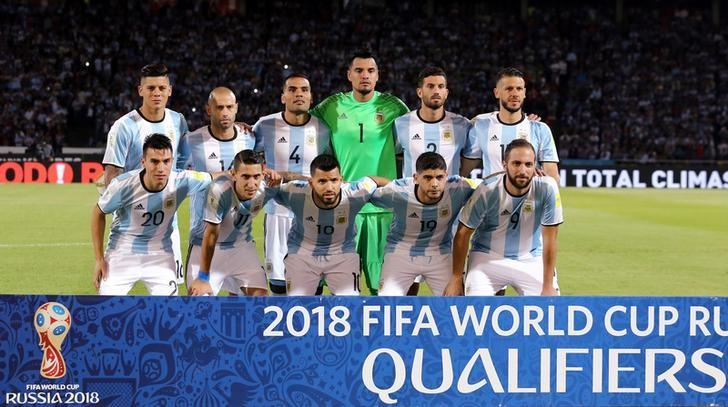 Football Soccer - World Cup 2018 Qualifiers - Argentina v Paraguay - Mario Kempes Stadium, Cordoba, Argentina - 11/10/16 - Argentina's players pose for a team photo before the match. REUTERS/Marcos Brindicci