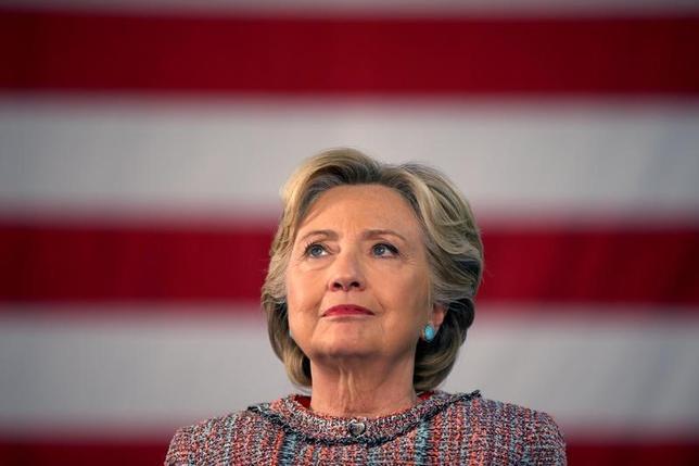 10月11日、米大統領選の民主党候補ヒラリー・クリントン氏(写真)の選挙集会で、1993─2001年に夫のビル・クリントン政権下で副大統領を務めたアル・ゴア氏が応援演説を行った。フロリダ州で撮影(2016年 ロイター/Lucy Nicholson)