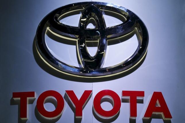 10月12日、トヨタ自動車は、駐車ブレーキに不具合があるとして、ハイブリッド車の新型「プリウス」約34万台(2015年10月―16年10月製造)を国内外でリコールすると発表した。写真はバンコクで3月撮影(2016年 ロイター/Chaiwat Subprasom)