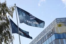 Las bolsas europeas cotizaban el miércoles estables en las primeras operaciones del día, aunque la sueca Ericsson lastraba las acciones tecnológicas de la región hasta mínimos de un mes tras emitir un 'profit warning'. En la imagen, banderas con el logo de Ericsson ondean frente a la sede de la compañía en Estocolmo el 4 de octubre de 2016. TT NEWS AGENCY/Maja Suslin via REUTERS
