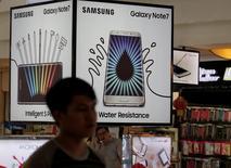 Реклама Samsung Galaxy Note 7 в магазине Джакарты. Samsung Electronics Co Ltd в среду понизила прогноз операционной прибыли за третий квартал до 5,2 триллиона вон ($4,66 миллиарда) с 7,8 триллиона вон из-за негативного влияния отзыва с мирового рынка смартфонов Galaxy Note 7. REUTERS/Beawiharta