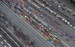"""""""L'élan de l'économie allemande est solide. Mais la croissance devrait ralentir un peu sur la deuxième partie de l'année après une forte expansion au premier semestre"""", lit-on dans un rapport du ministère de l'Economie. /Photo d'archives/REUTERS/Fabian Bimmer"""