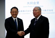 Toyota Motor Corp President Akio Toyoda (L) shakes hands with Suzuki Motor Chairman and CEO Osamu Suzuki at their joint news conference in Tokyo, Japan, October 12, 2016.  REUTERS/Toru Hanai