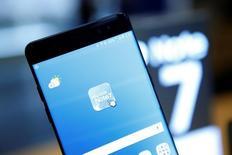 Samsung Electronics ramène à 5.200 milliards de wons (4,2 milliards d'euros) sa prévision de bénéfice d'exploitation du troisième trimestre, contre 7.800 milliards précédemment anticipés, conséquence du retrait du Galaxy Note 7 du marché. /Photo prise le 10 octobre 2016/REUTERS/Kim Hong-Ji