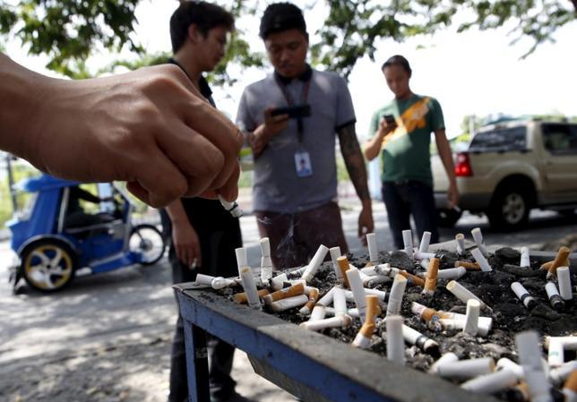 10月12日、フィリピンのドゥテルテ大統領が今月、公共の場での喫煙を禁止する大統領令例に署名する見通しだと分かった。ウビアル保健相の話としてメディアが報じた。写真はフィリピンの路上の灰皿、2015年8月撮影(2016年 ロイター/Erik De Castro)